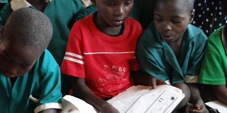 Students practice reading in small groups. Malawi Primary School Credit: GPE/Tara O'Connell